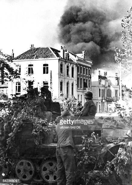Alliierte Luftlandung: Arnheim, NijmwegenSeptember / Oktober 1944:Ein deutsches Flak-Geschütz im Kampf gegen britische Fallschirmjäger, die sich in...