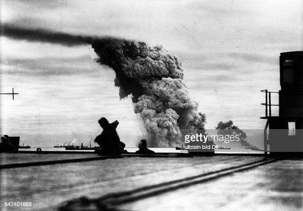 Alliierter Geleitzug im Nordatlantik/Nördliches Eismeer: i.H. BrennendeSchiffe nach einem deutschenU-Boot-Angriff.Oktober 1942
