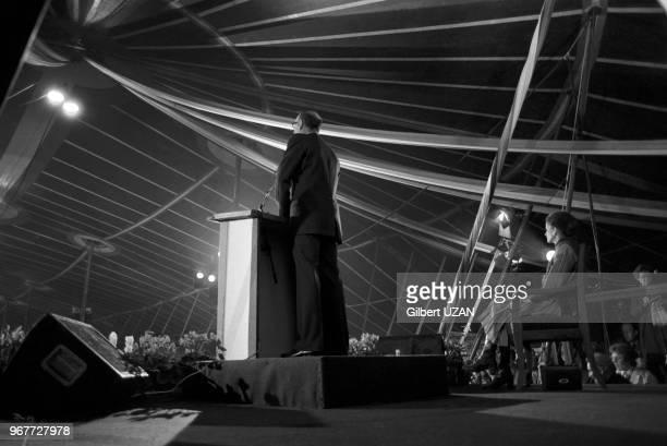 Allocution du président de la République Valéry Giscard d'Estaing en campagne pour les élections législatives avec assise à droite son épouse...