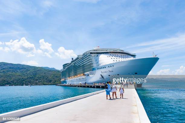 allure of the seas in haïti - koningschap stockfoto's en -beelden
