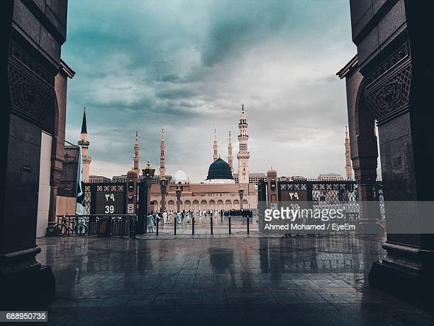 al-masjid an-nabawi against cloudy sky - al masjid al nabawi stock pictures, royalty-free photos & images