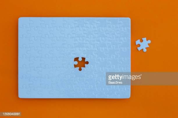 almost complete - unfinished puzzle - finale photos et images de collection