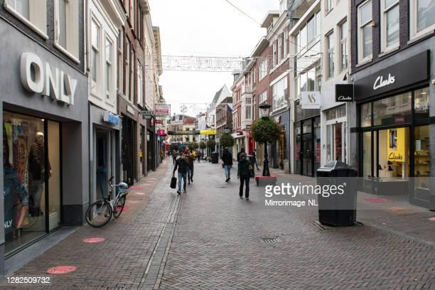 居心地の良い19パンデミックの間にユトレヒトでほとんど空のショッピング街。 - ユトレヒト ストックフォトと画像
