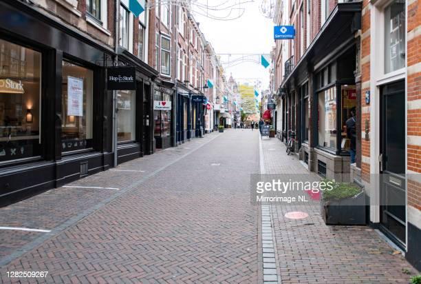 bijna lege winkelstraat in utrecht - stadsstraat stockfoto's en -beelden