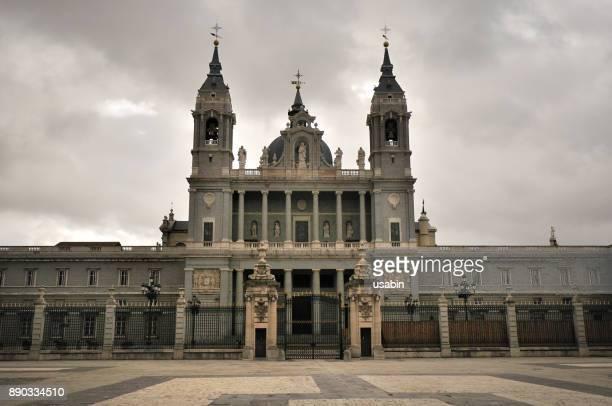 almudena cathedral madrid - アルムデナ大聖堂 ストックフォトと画像