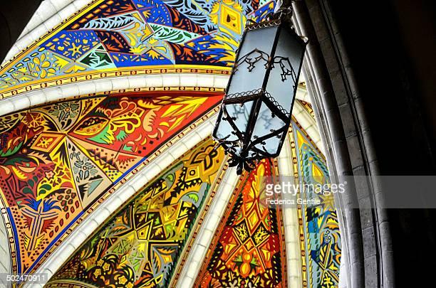 almudena cathedral - catedral de la almudena fotografías e imágenes de stock