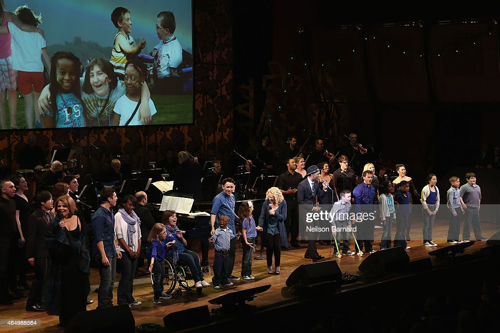 Aloe Blacc performs onstage with SeriousFun Campers during SeriousFun Children's Network 2015 New York Gala: An Evening of SeriousFun Celebrating the Legacy of Paul Newman at Avery Fisher Hall at Lincoln Center for the Performing Arts on March 2, 2015 in New York City.