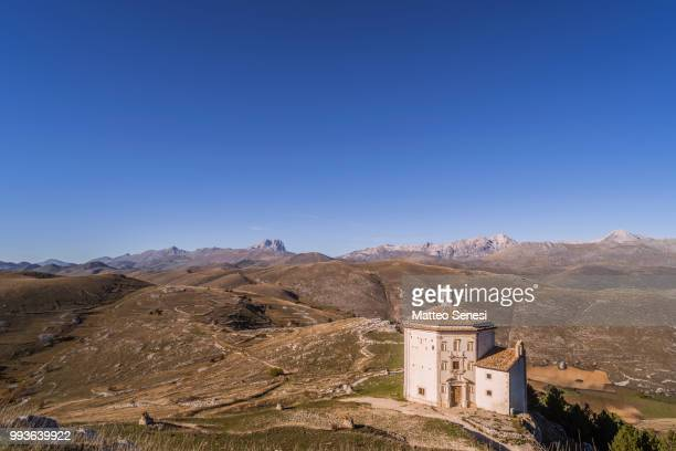 alone in the mountains - gran sasso d'italia foto e immagini stock