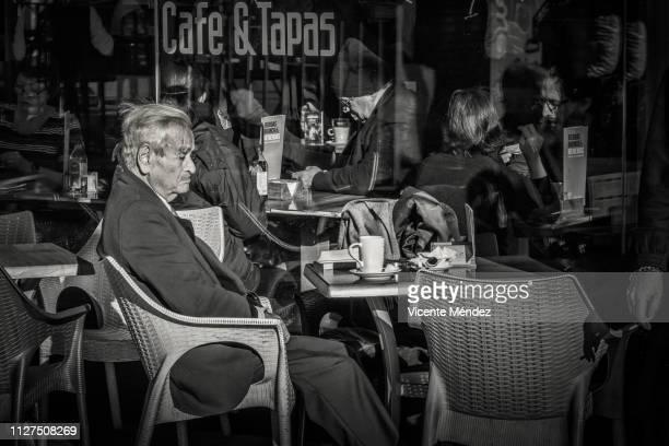 alone on the terrace of the cafe - vicente méndez fotografías e imágenes de stock