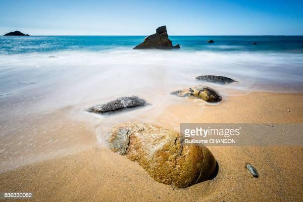 alone rocks on port blanc beach, peninsula of quiberon, brittany, france - golfe du morbihan photos et images de collection