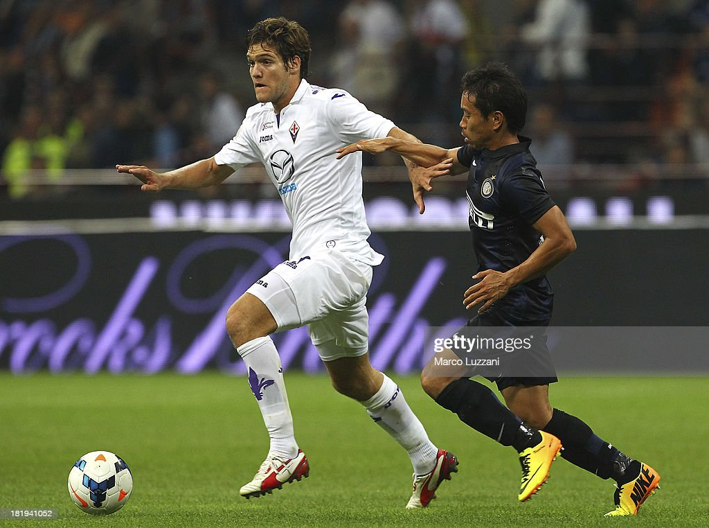 Alonso Mendosa Marcos of ACF Fiorentina competes for the ball with Yuto Nagatomo of FC Internazionale Milano during the Serie A match between FC Internazionale Milano and ACF Fiorentina at Giuseppe Meazza Stadium on September 26, 2013 in Milan, Italy.