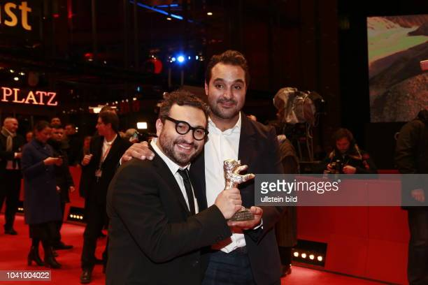 Alonso Ruizpalacios und Manuel Alcala Gewinner des Silbernen bären für das beste Drehbuch posieren auf dem roten Teppich mit dem Preis nach der...