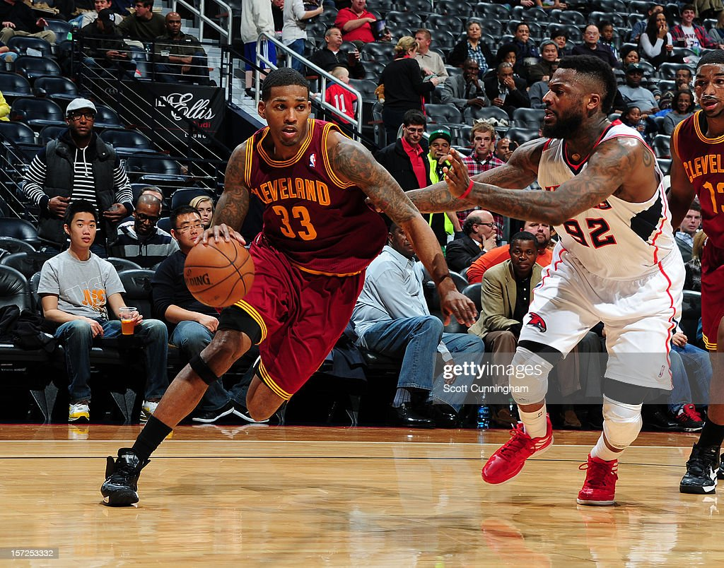 Alonzo Gee #33 of the Cleveland Cavaliers drives to the basket against DeShawn Stevenson #92 of the Atlanta Hawks at Philips Arena on November 30, 2012 in Atlanta, Georgia.