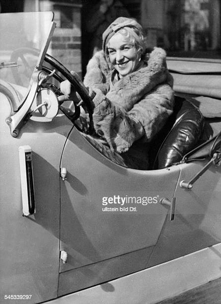 Alpar, Gitta - Actress, singer - Hungary, Germany - *-+ portrait in a car - undated - Vintage property of ullstein bild