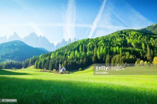 alpen paysage - champ vert, village val di funes villnöss et montagnes - autriche photos et images de collection