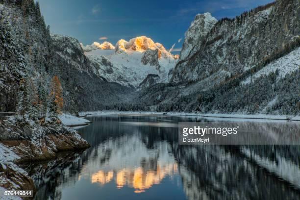 Alpenglühen am Dachstein-Blick vom Gosausee im Winter