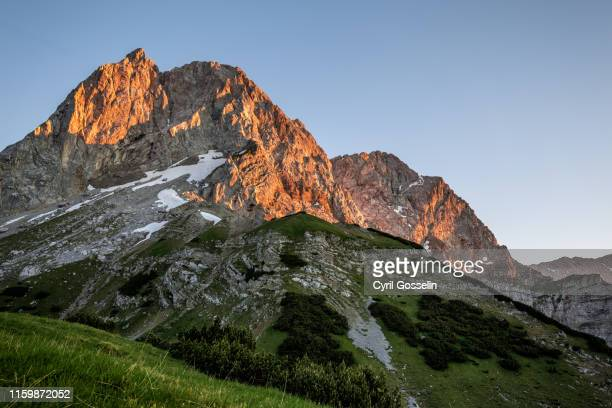 alpenglow at mt. lamsenspitze - karwendel mountains stock pictures, royalty-free photos & images