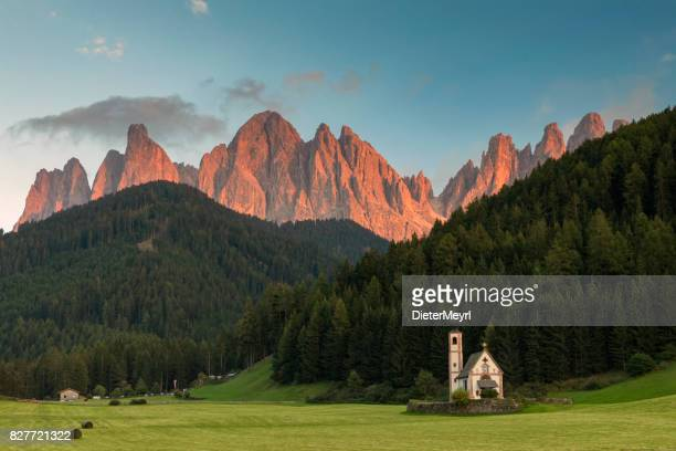 alpenglow in dolomites alps - val di funes - dolomites stock pictures, royalty-free photos & images