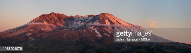 alpenglow mt st helens pano - mount st. helens stock pictures, royalty-free photos & images