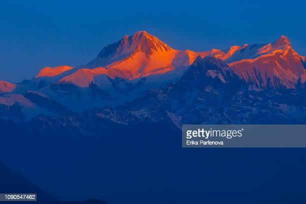 Alpenglühen am dramatischen Berggipfel Sarangkot Nepal