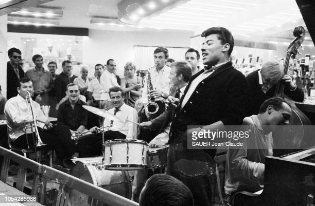 AlpesMaritimes France juillet 1961 2ème Festival international de jazz d'Antibes JuanlesPins Un musicien souriant en train de chanter dans un...