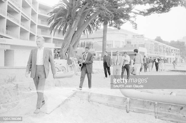 AlpesMaritimes France juillet 1961 2ème Festival international de jazz d'Antibes JuanlesPins Marchant dans la ville un groupe de festivaliers dont un...