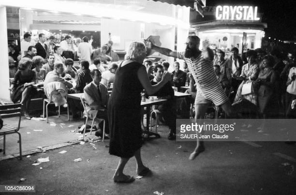 AlpesMaritimes France juillet 1961 2ème Festival international de jazz d'Antibes JuanlesPins Scène de rue en soirée à la terrasse d'un bar des...