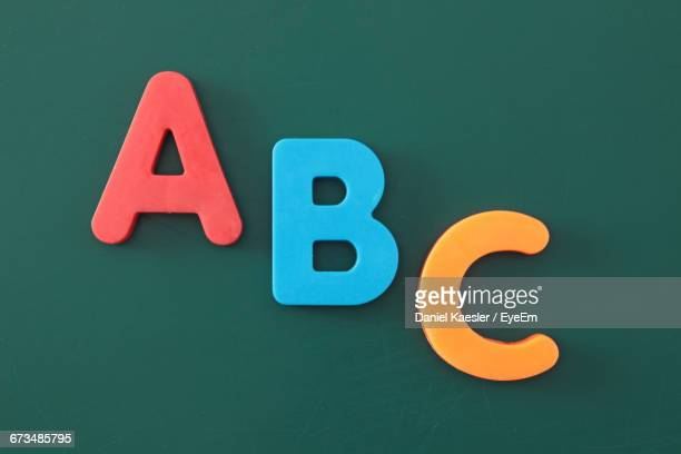 alphabet abc magnets on green board - letra b imagens e fotografias de stock