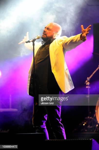 Alphaville die deutsche SynthiePopGruppe mit Saenger Marian Gold bei einem Konzert in Hamburg Barclaycard Arena