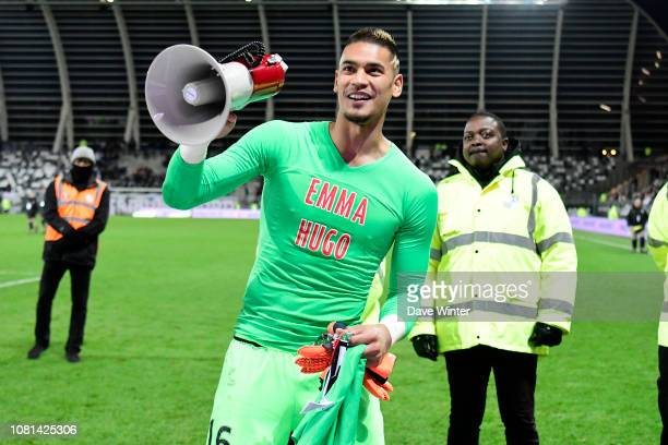 Alphonse Areola of PSG celebrates after his team wins the Ligue 1 match between Amiens SC and Paris Saint Germain at Stade de la Licorne on January...
