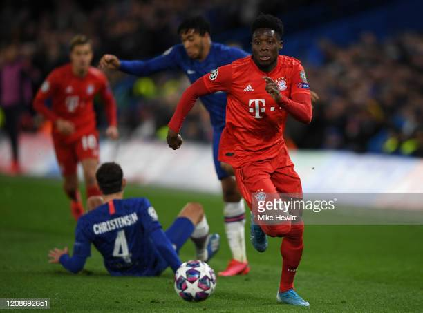 Alphonso Davies of Bayern Munich in action during the UEFA Champions League round of 16 first leg match between Chelsea FC and FC Bayern Muenchen at...
