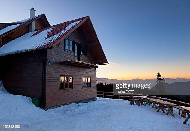 Alpine chalet en invierno tiempo