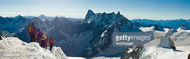 escaladoras cumbre panorama alpino - valle blanche fotografías e imágenes de stock