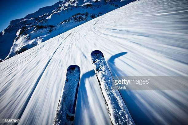 Alpine esquí de descenso en día soleado