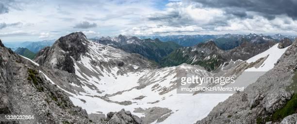 alpine ibex (capra ibex), mountain panorama with old snow fields, view into hoehenbachtalschlucht, grosser krottenkopf and ramstallkopf, heilbronner weg, allgaeu alps, allgaeu, bavaria, germany - weg bildbanksfoton och bilder