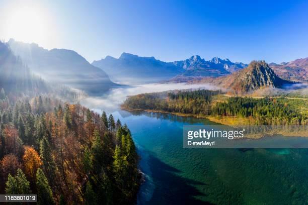 alpine lake almsee, grünau im almtal,  austria - salzburg stock-fotos und bilder