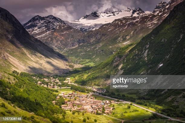ボネヴァル・シュル・アークの上のアルプスの風景 - ヴァノワーズ・ローヌ・アルプス、サヴォワ - フランス - ローヌ県 ストックフォトと画像