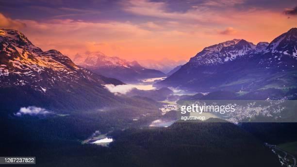 alpenlandschap boven st moritz, silvaplana en maloja bij zonsondergang – engadine, zwitserland - alpen stockfoto's en -beelden