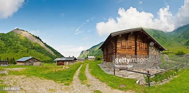 Alpine mountain village idyllischen Holzhütten panorama