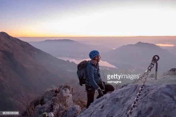 Alpiniste à la recherche de suite au sommet de la montagne, twilight