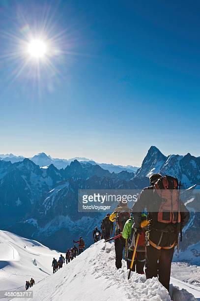 escalada alpinists mont blanc snow mountain ridge alpes francia - valle blanche fotografías e imágenes de stock