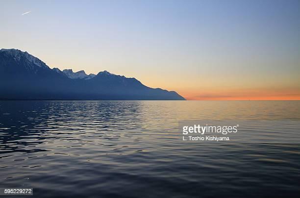 alps along lake geneva at sunset in switzerland - meer van genève stockfoto's en -beelden