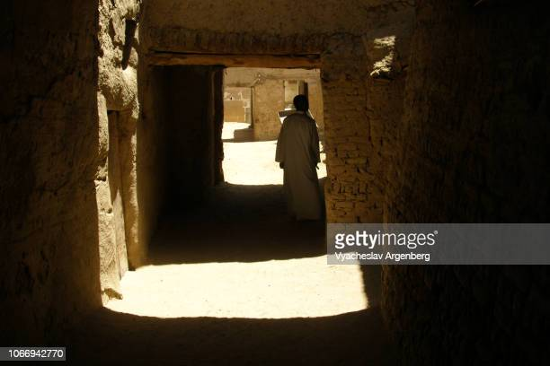 al-qasr, the streets of medieval islamic town - argenberg stock-fotos und bilder