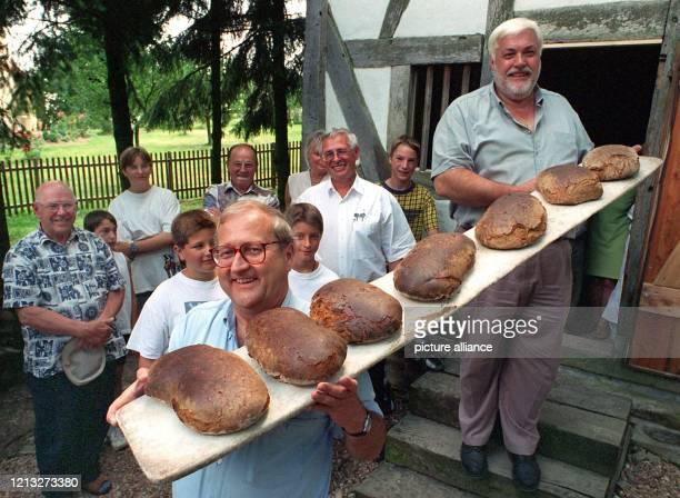 Als Brotbäcker betätigt sich der rheinland-pfälzische Wirtschafts- und Verkehrsminister Rainer Brüder am 9.8.1997 in Oberwies . Zusammen mit...