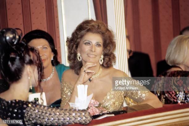 Als Gast von Richard Lugner auf dem 'Wiener Opernball', 90er Jahre. Schauspielerin, Porträt, 90er.