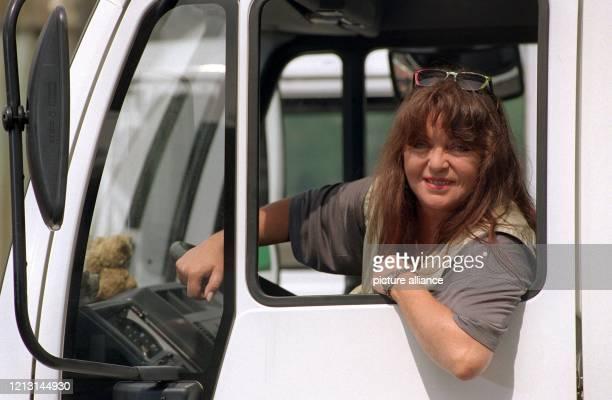 Als LastwagenFahrerin betätigt sich Gigi Herr am 2051999 bei den Dreharbeiten zur WDRSerie Die Anrheiner in Köln Die 57jährige schlüpft in die Rolle...