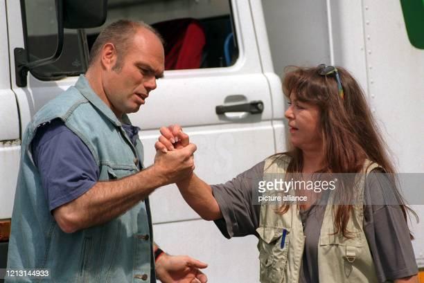 Als LastwagenFahrerin diskutiert Gigi Herr am 2051999 bei den Dreharbeiten zur WDRSerie Die Anrheiner in Köln mit Darius gespielt von Ludger Burmann...
