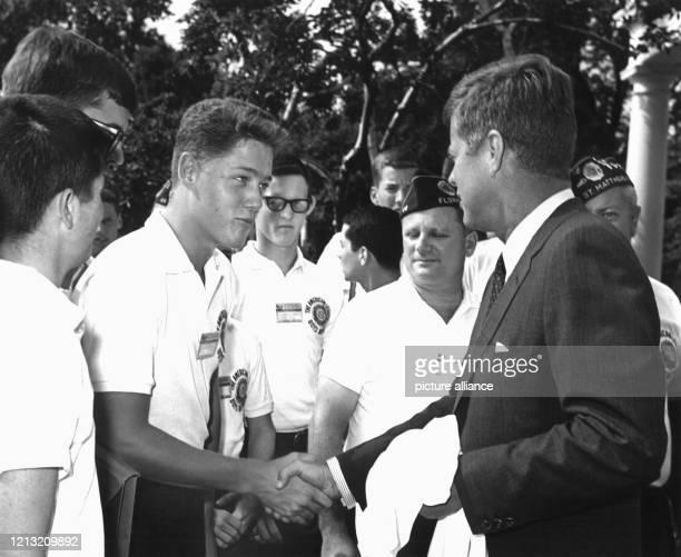 Als Mitglied der Jugendorganisation Boys Nation Club traf der derzeitige amerikanische Präsident Bill Clinton am 2671963 den damaligen USPräsident...