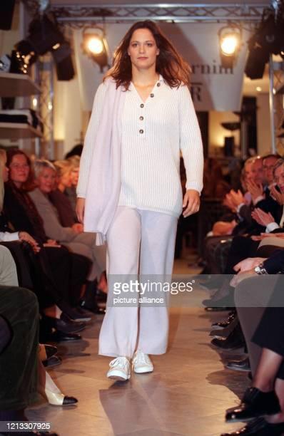 Als Model präsentiert sich die Silbermedaillen-Gewinnerin von Atlanta, Sandra Völker, am 26.9.1996 bei der Modenschau der Hamburger Modeschöpferin...