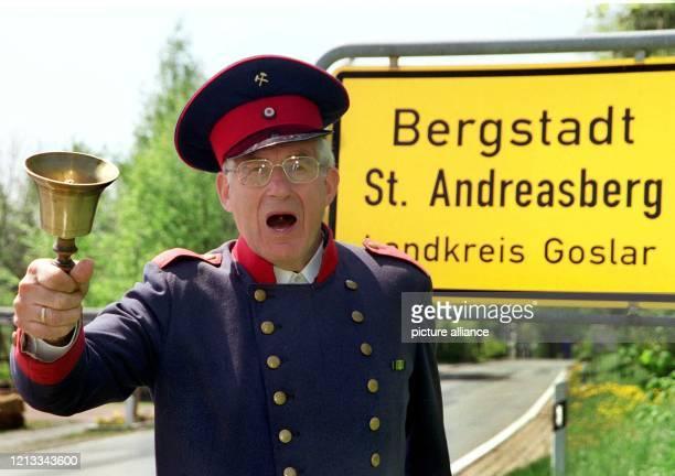 """Als """"offiziell bestellter Stadtausrufer"""" ist der 70 Jahre alte ehemalige Zollamtsrat Uwe Sonntag in der Oberharzer Bergstadt St. Andreasberg am 4...."""